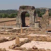 Cruzamos Extremadura en una ruta de turismo arqueológico inolvidable. De Cancho Roano a Cáparra.