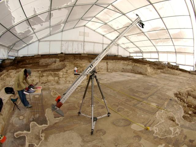Proceso de documentación fotográfica para obtener la imagen de conjunto del mosaico de la Villa romana de Noheda (Villar de Domingo García, Cuenca). 2009 © Colección Latova.