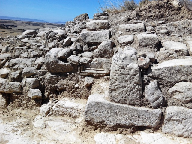 La acera fue amortizada para construir un torreón defensivo en época tardoantigua - Fotografía ArqueoTrip ©