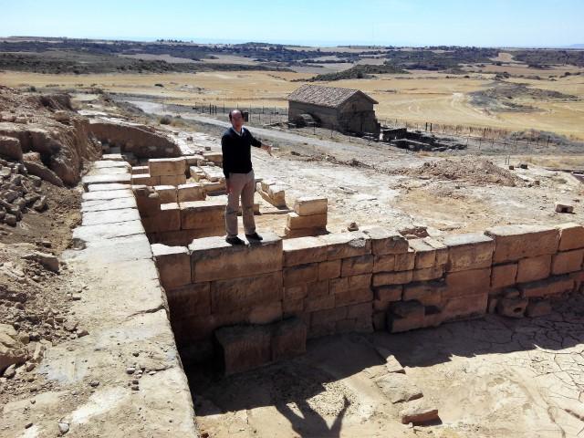 Javier nos detalla los trabajos y resultados de la excavación de la zona baja comercial vinculada al espacio del foro - Fotografía ArqueoTrip ©