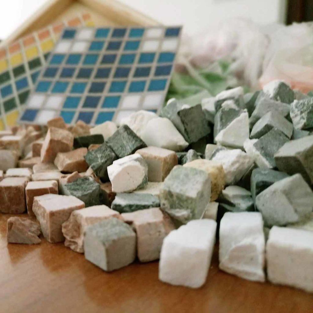 Teselas para los talleres infantiles de mosaicos romanos de Casariche