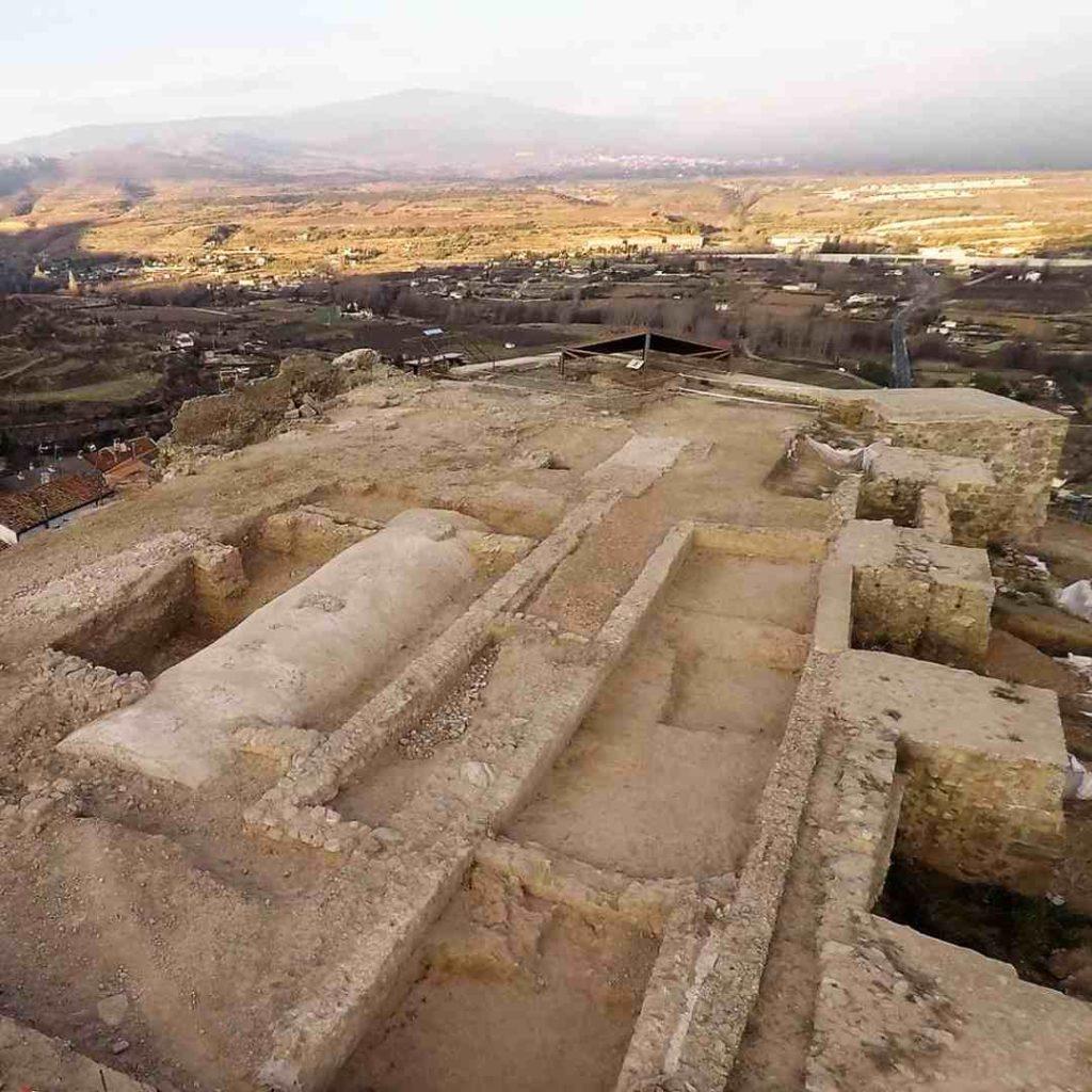 Excavaciones arqueológicas del Castillo de Nalda con imagen de la cisterna
