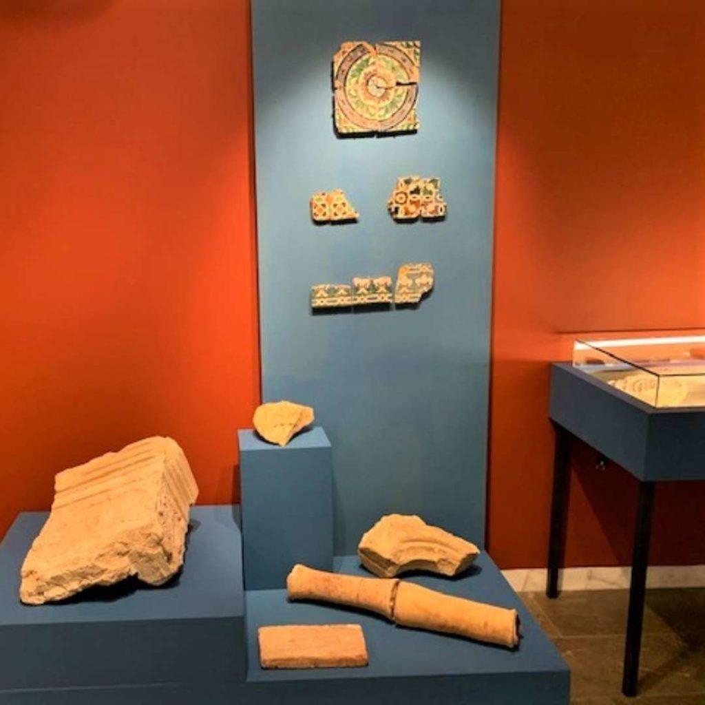 Elementos arquitectónicos y decorativos recuperados en las campañas de excavación arqueológica