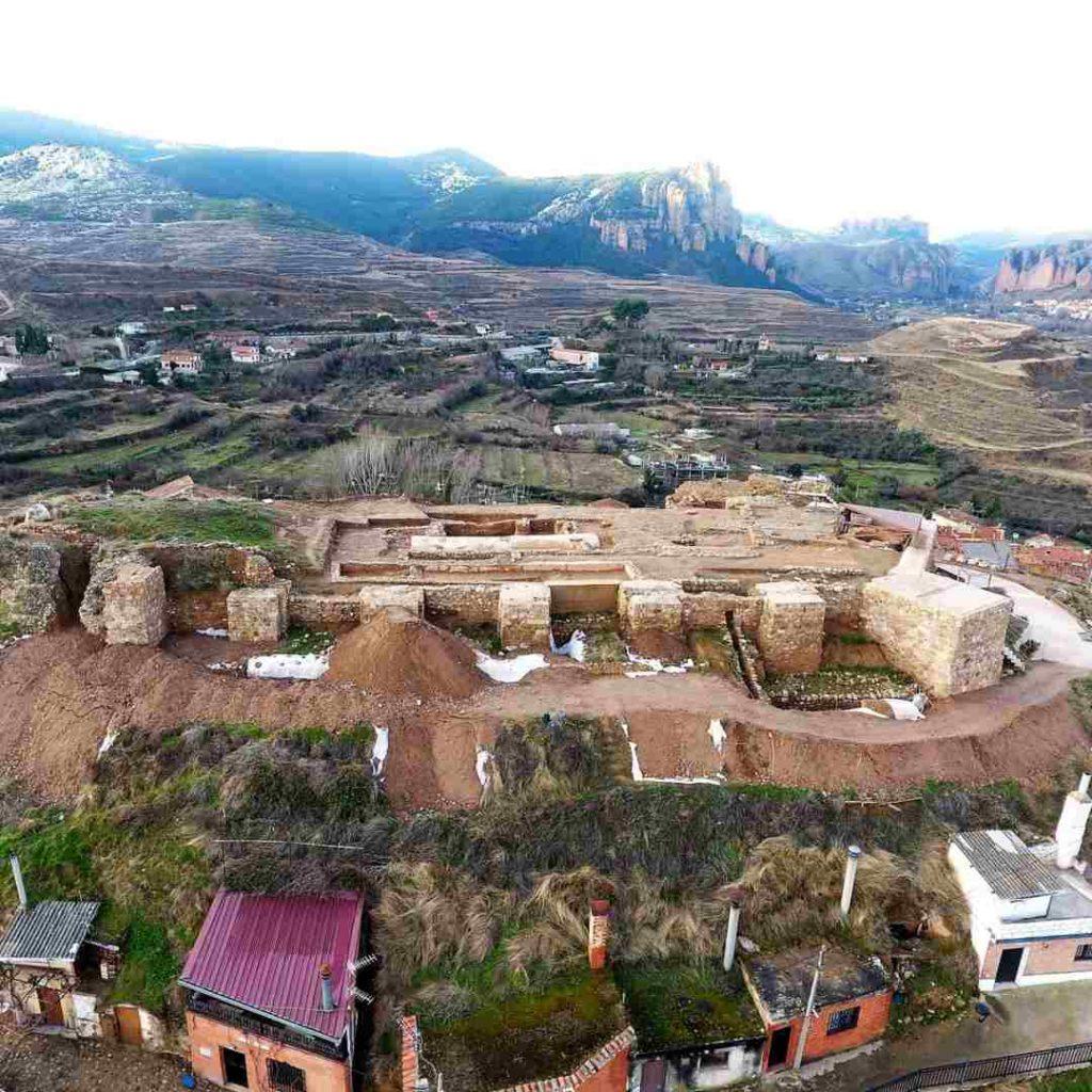 Primer plano de los calaos, Castillo de Nalda y Sierra de Cameros al fondo