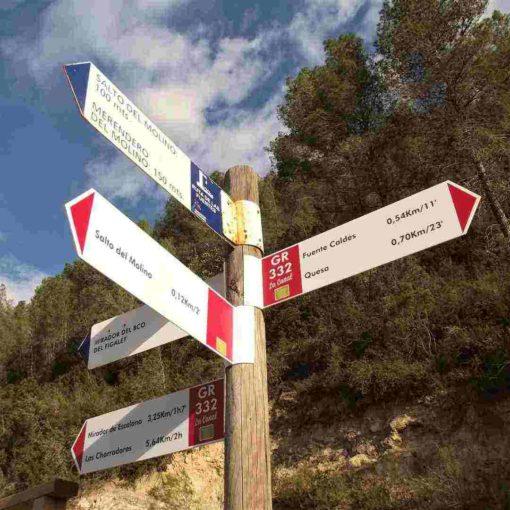 Señal con direcciones de senderismo en Quesa