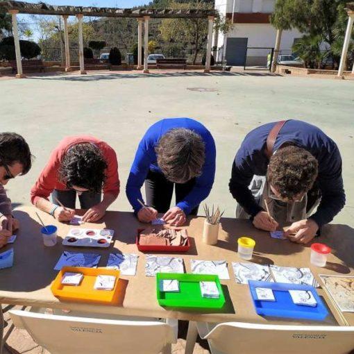Profesores preparando actividades para centros educativos