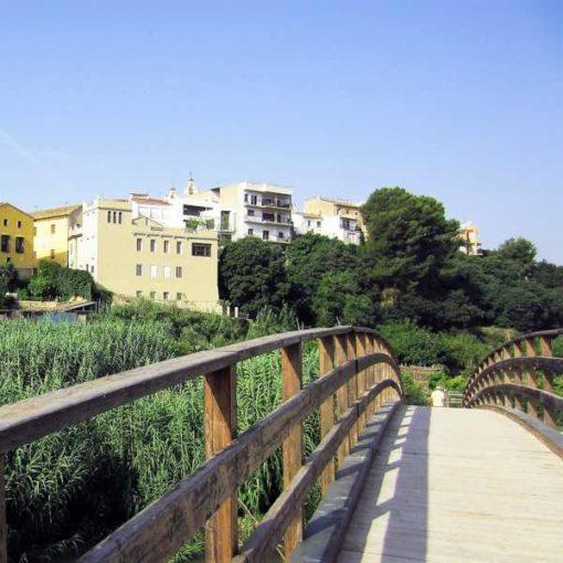 Puente de madera sobre el río Turia