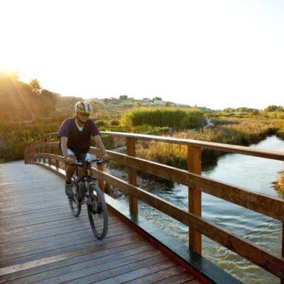 Ciclista cruzando un puente en Riba-roja