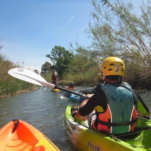 Kayak remando en el río Turia