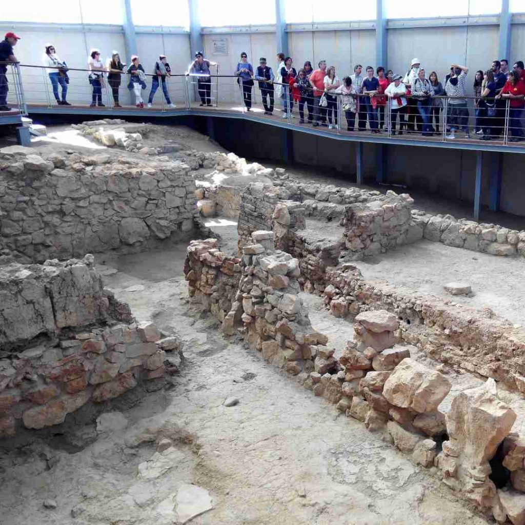 Visitantes en el yacimiento arqueológico de Libisosa en Lezuza