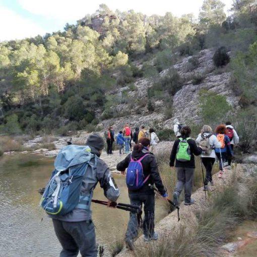 Senderistas pasando un río en Bicorp