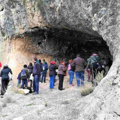 Visita de un grupo en el abrigo rupestre de El Milano en Mula
