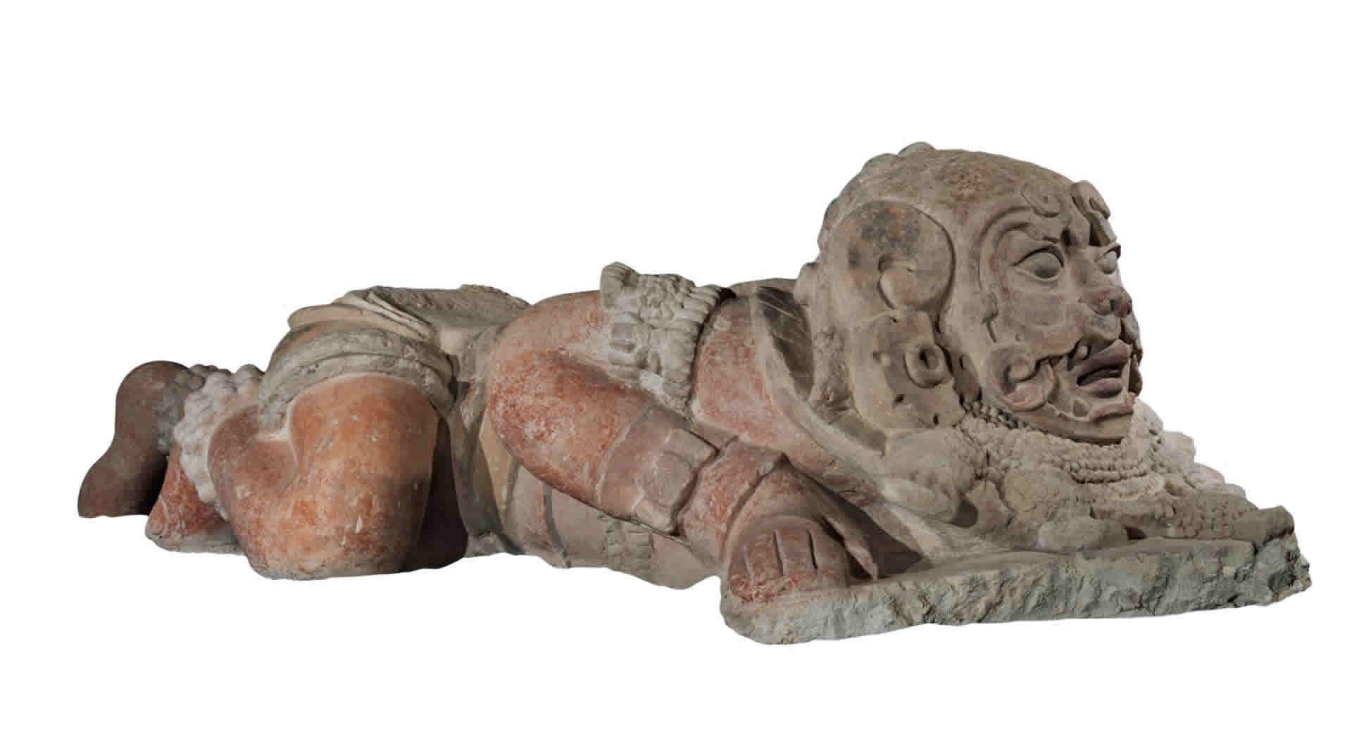 Escultura de un hombre con atributos de jaguar