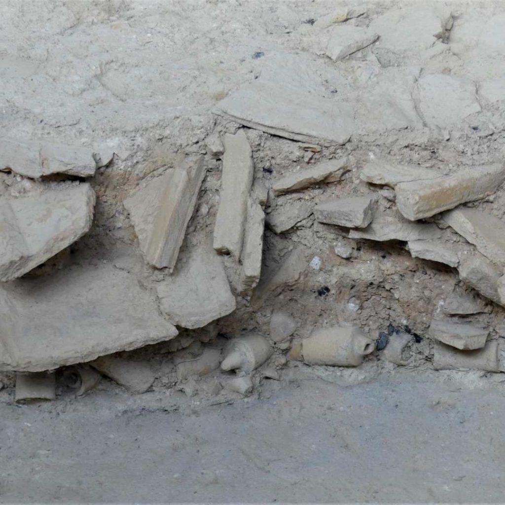 Restos de tegulas, imbrices y otros materiales constructivos en fase de excavación