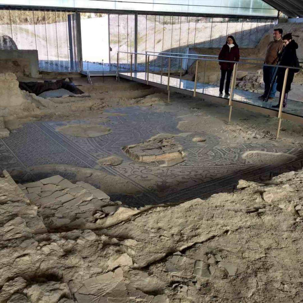Mosaico del triclinio y ninfeo (fuente – estanque)