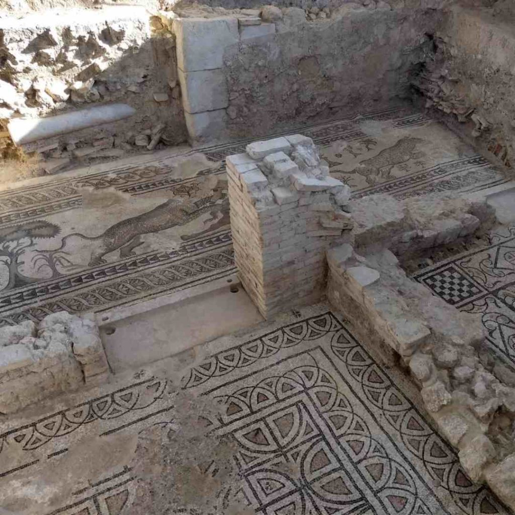 Pasillo en fase de excavación de la zona noble de la villa con mosaicos de escenas de caza