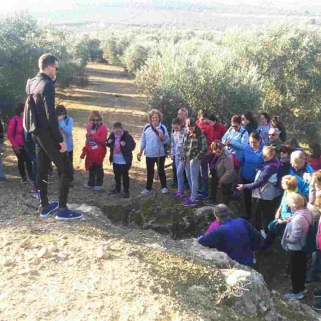 Grupo de personas visitando los yacimientos arqueológicos de Cas