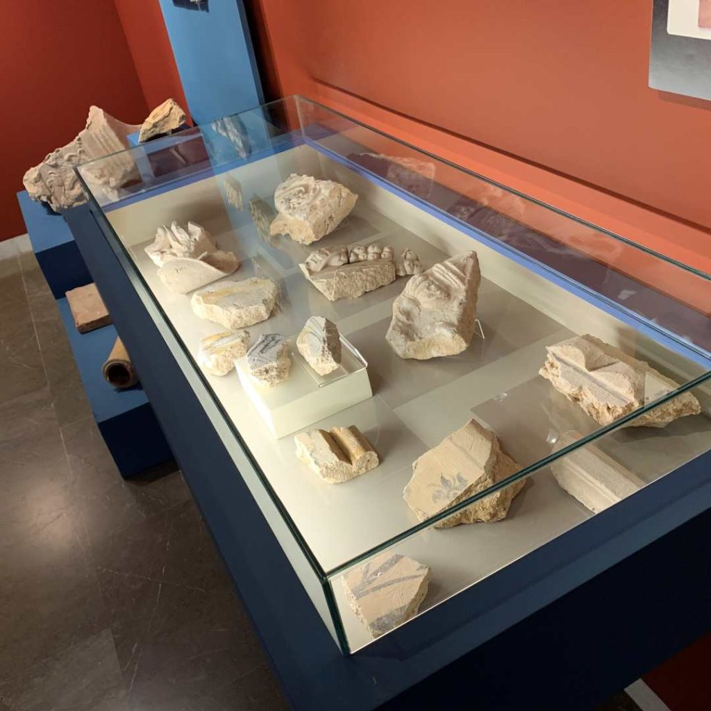 Exposición de elementos arquitectónicos y decorativos recuperados en las campañas de excavación arqueológica
