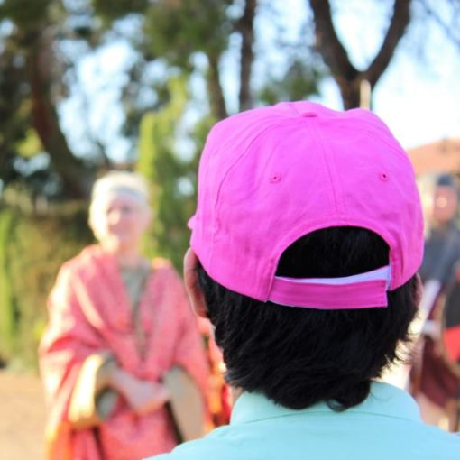 Niño con gorro rosa en una visita teatralizada