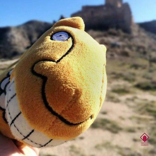 Peluche de un león y al fondo el Castillo de Cadrete