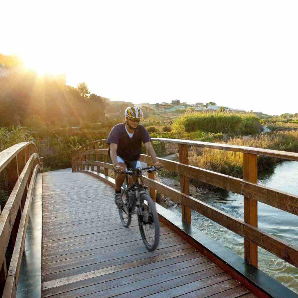 Ciclista por un puente del río Turia