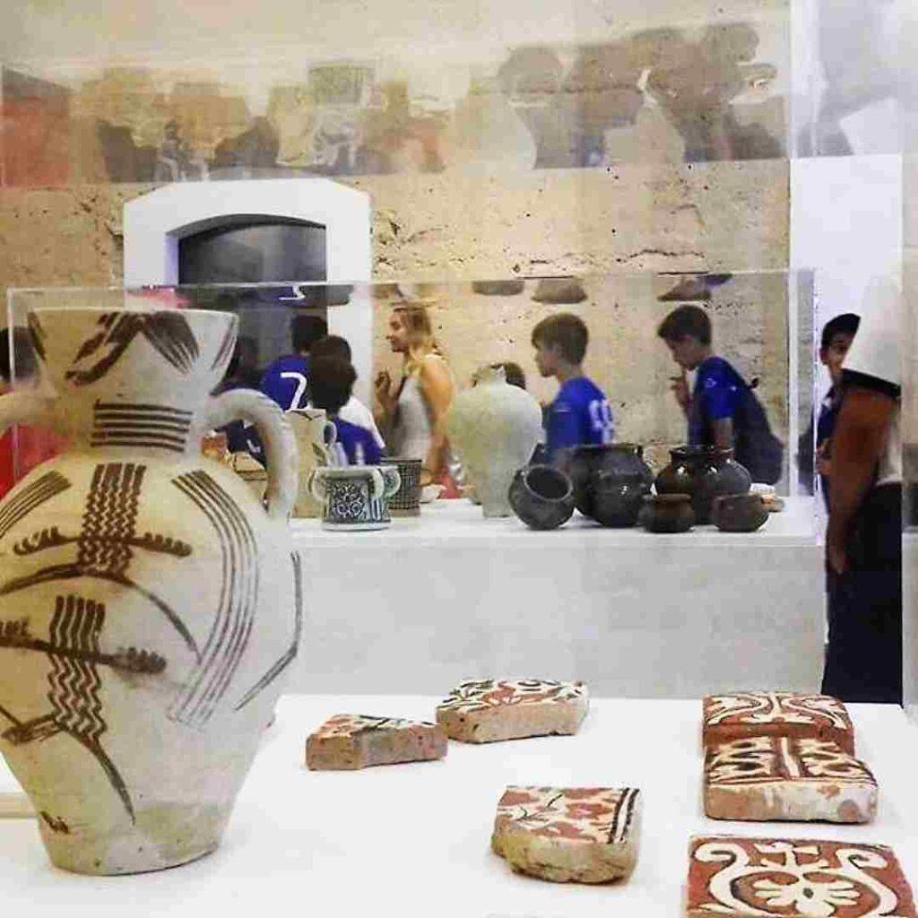 Alumnos visitando el museo de Riba-roja de Turia