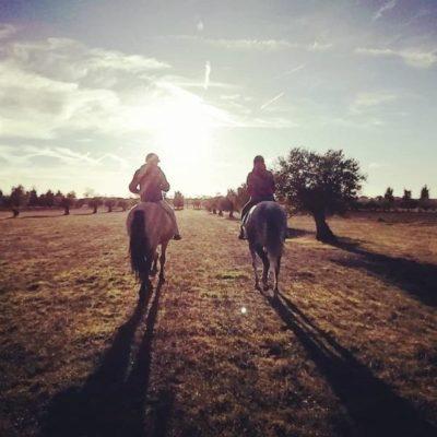 Dos jinetes a caballo