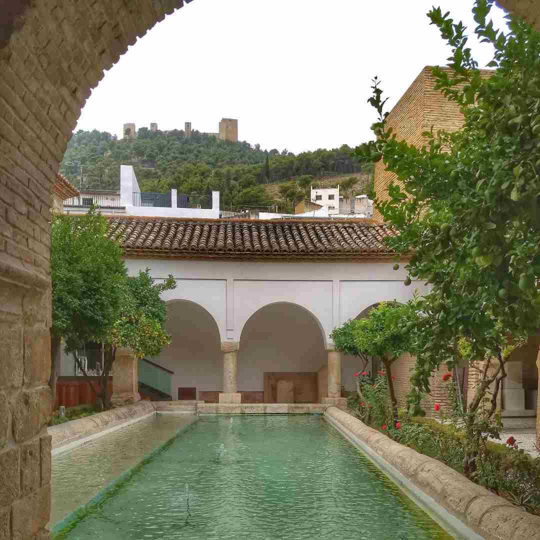 Patio y estanque de la Iglesia de la Magdalena de Jaén