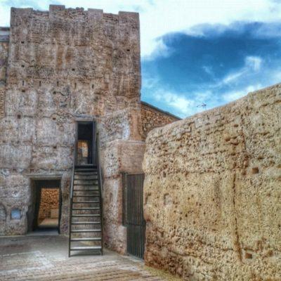 Torre y muralla árabe